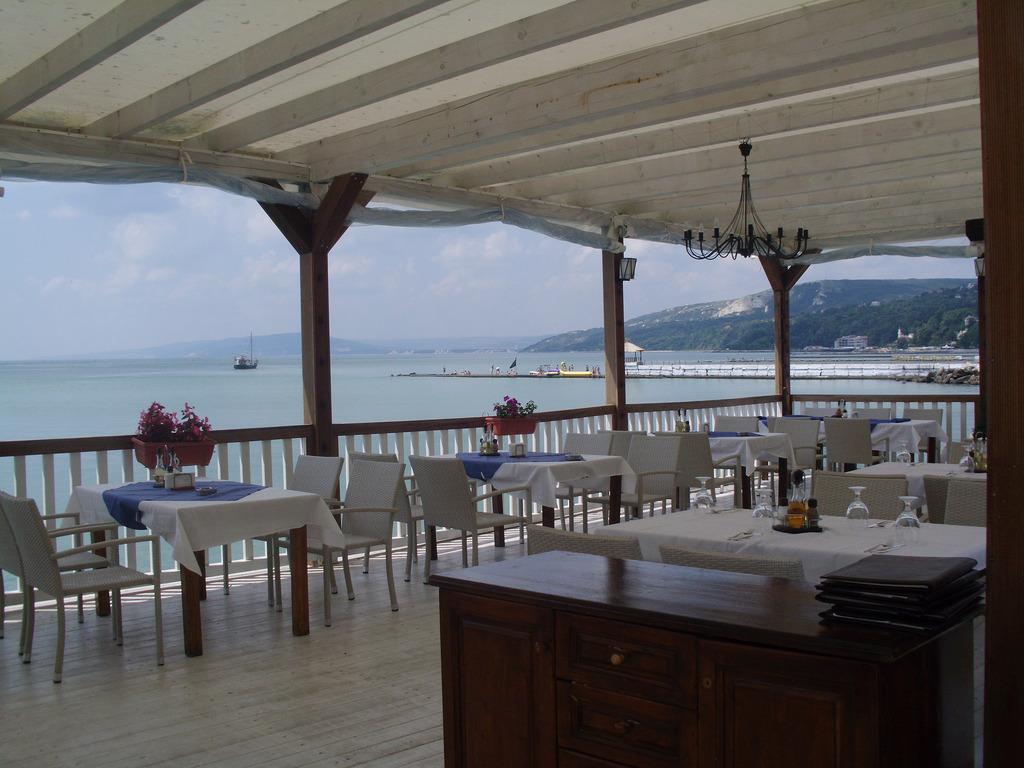 Balchik_cheap-caffeteria-sideview-to-black-sea-shore