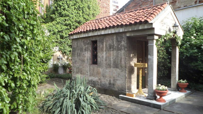 Chapel-with-grave-of-Saint-Nikolay-of-Sofia-2