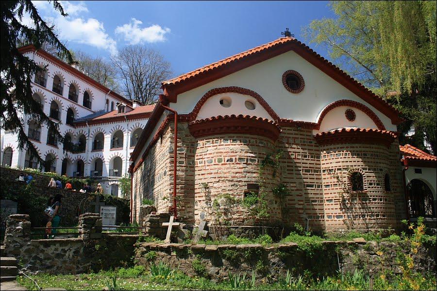 Dragalevski-manastir-Vitosha-Sofia-Bulgaria-alter-and-cemetery