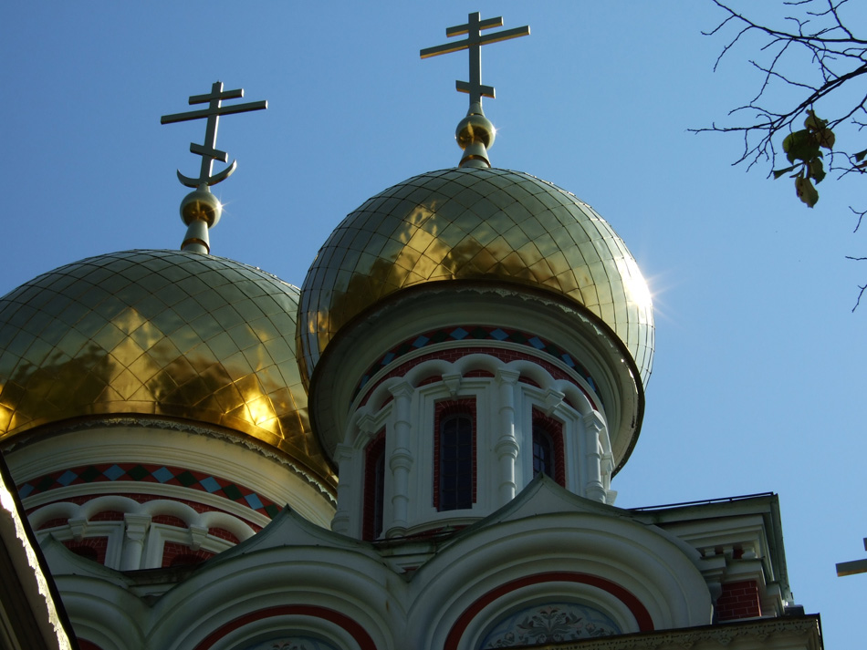 Shipka Memorial Church Nativity of Christ Bulgaria, Cross triumphal over Muslim half moon crest
