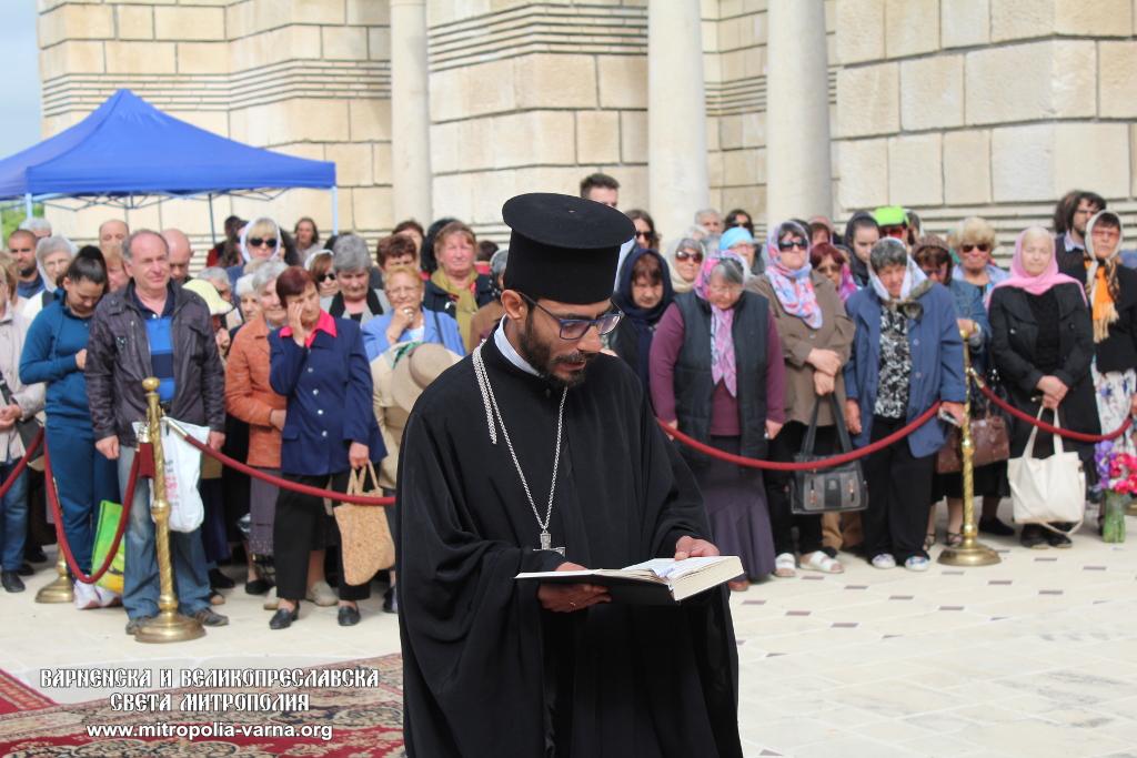holy-liturgy-2018-Preslav-1-fr-Peter-reading-Apostle